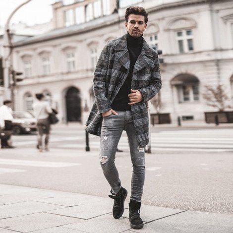 pánský kostkovaný vlněný kabát, černý rolák a šedé pánské roztrhané džíny