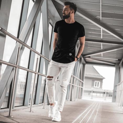 černé pánské tričko a bílé pánské roztrhané džíny