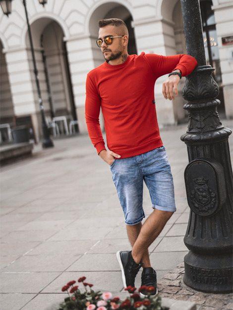 pánský outfit - modré riflové kraťasy, červený svetr