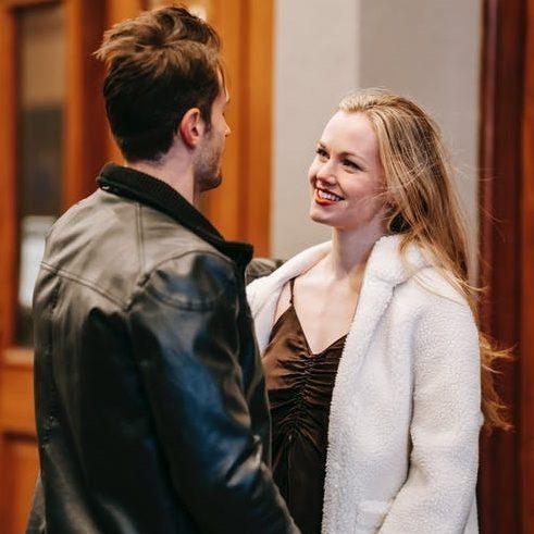 muž a žena flirtují