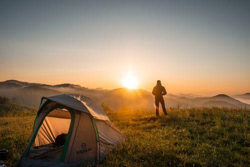 turistika v horách a východ slunce v horách
