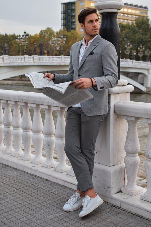šedý pánský oblek na první rande