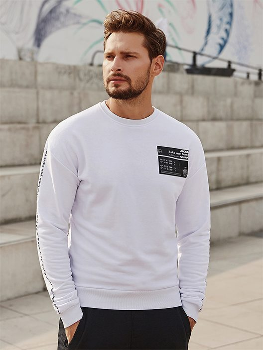muž s upravenou krátkou bradkou v bílé mikině bez kapuci