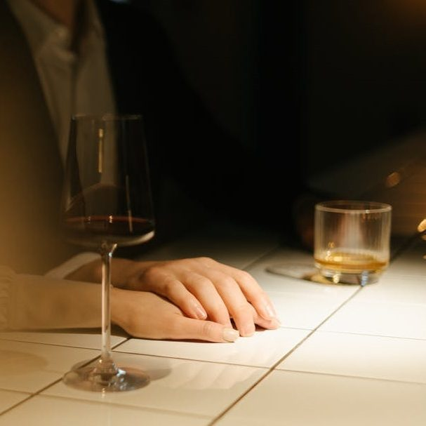 muž a žena flirtují, letmý dotek ruky