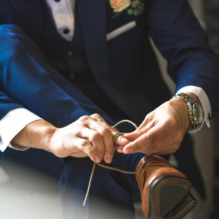 elegantní modrý pánský oblek, hnědé šněrovací polobotky