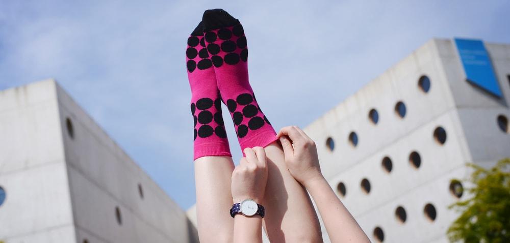 """PONOŽKY  """"Obyčajné, fádne, nutné… Tak presne tieto slová slovník ponožiek Spoty nikdy obsahovať nebude.  Dámske ponožky Bodky kam sa pozrieš Vyrobené v Českej republike Príjemný materiál Na výber dve veľkosti  PONOŽKY"""