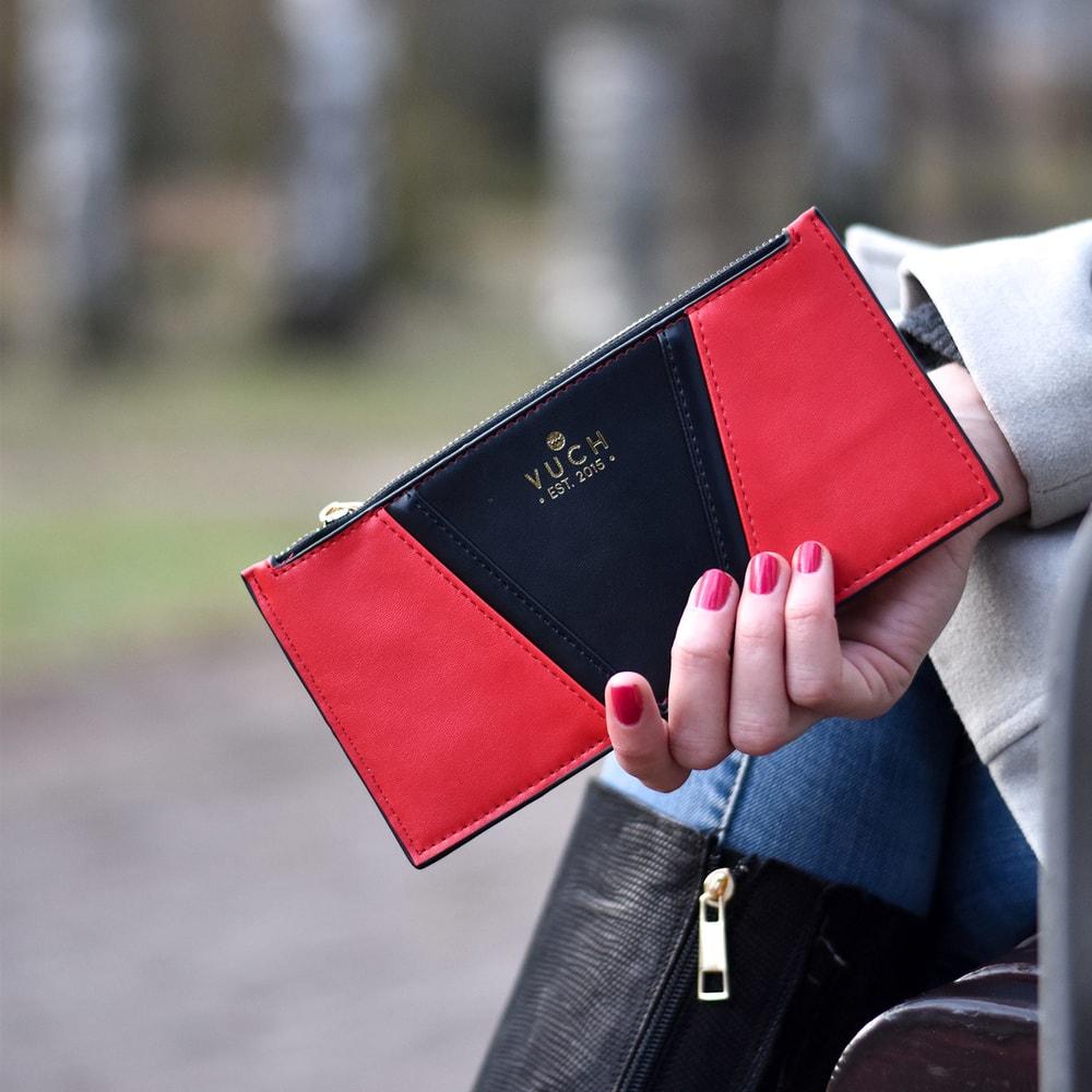 """CONTRAST COLLECTION  """"Temperamentná a nespútaná, taká je nielen červená farba, ale tiež žena, ktorá ju vyhľadáva.  Uzatvárateľné vrecko na zips ideálne na mince a bankovky Originálny minimalistický dizajn Šesť vonkajších priečinkov až na 12 kariet Skvelá varianta na cestovanie Kartička Vuch – identifikácia pri strate peňaženky Balené v darčekovom balení  CONTRAST COLLECTION """"Otvor brány svetu plnému farieb skolekciou peňaženiek Contrast."""
