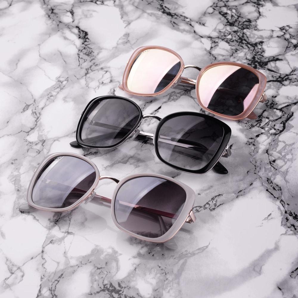 """""""Nasaď si ružové slnečné okuliare a svet ti bude ležať pri nohách.  Originálny tvar Súčasťou darčekové balenie Exclusive 3, UV 400 Logo Vuch na obrúčkach  SLNEČNÉ OKULIARE"""