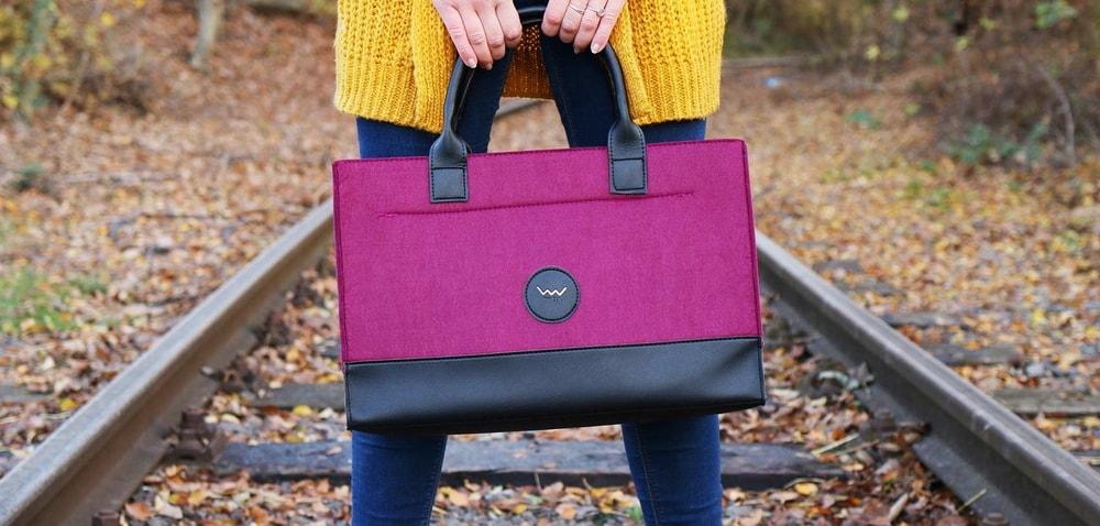 """TRAVEL COLLECTION  """"Hľadáš kabelku, ktorá bude rovnako trendy u nás, vAmerike aj vParíži?  Príjemný feltový materiál Zapínanie kabelky na zips Praktická vnútorné vrecko na drobnosti Spodná časť kabelky z umývateľného polyuretánu  TRAVEL COLLECTION Cestou necestou, polom nepolom, idem si za tebou so svojím novým batohom!..."""