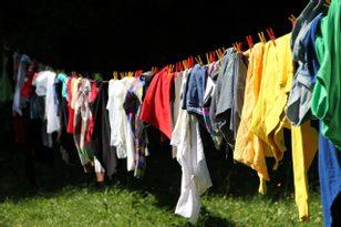 Hogyan lehet mosni a színes ruhákat