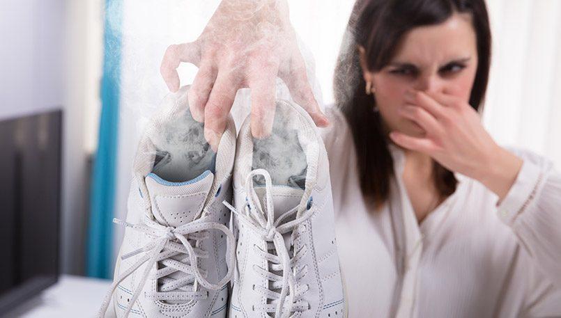 Hogyan lehet megszabadulni a cipő kellemetlen szagától