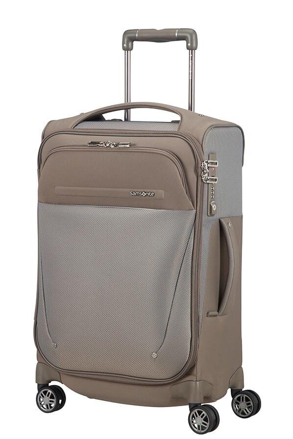 b4be4bbdc9a70 Praktické příruční zavazadlo obsahuje připevněný tříčíselný zámek s TSA  funkcí pro bezpečné cestování, horní a boční madlo, jmenovku a standardní  zipy.