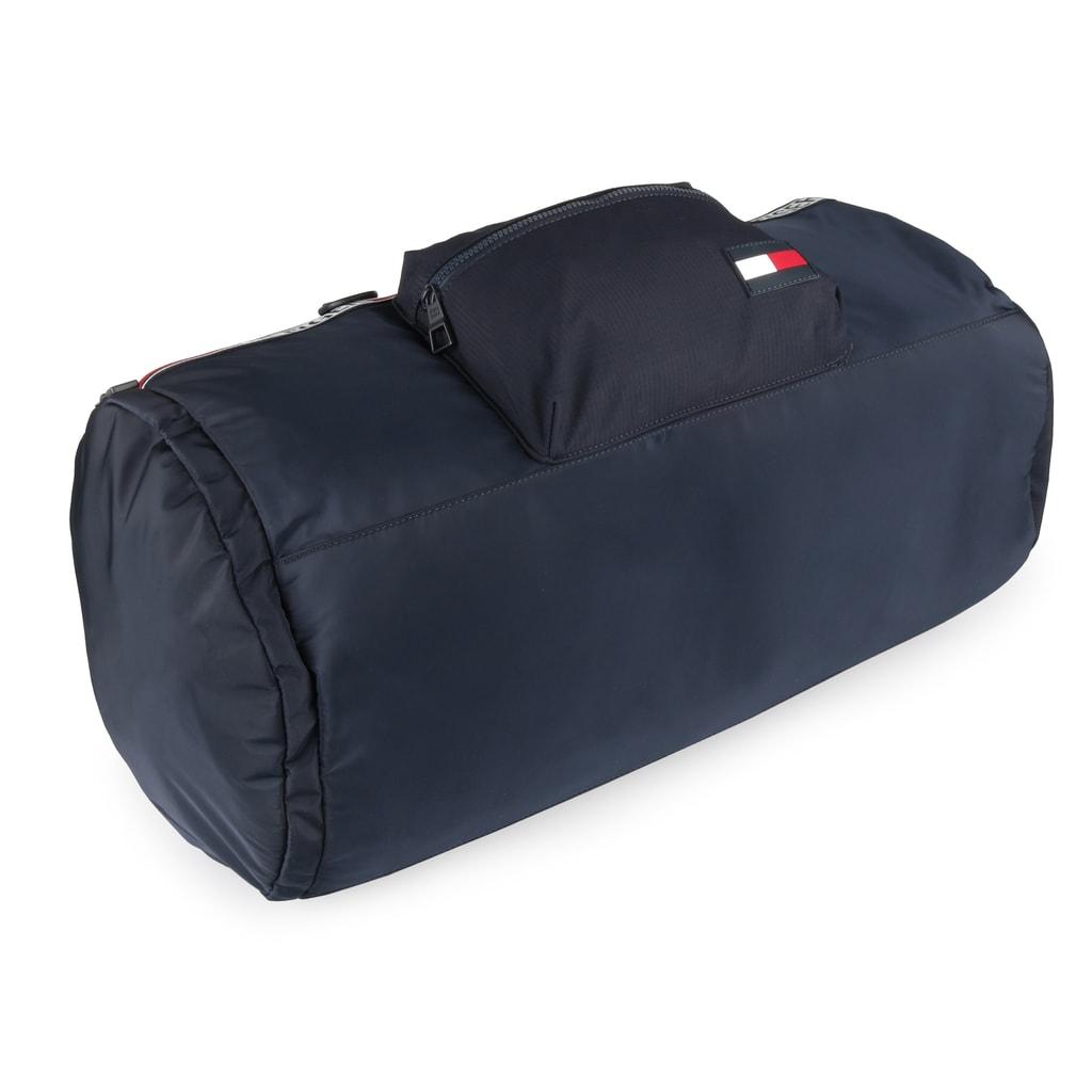 3048adff9d Športová taška Tommy Hilfiger je maximálne priestranná a zároveň príjemne  ľahká.