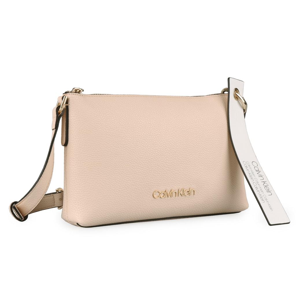 5265f08034 Ozdobte se stylovou dámskou kabelkou Calvin Klein z nové kolekce jaro léto  2019. Praktickou velikost a elegantní design si zamilujete.