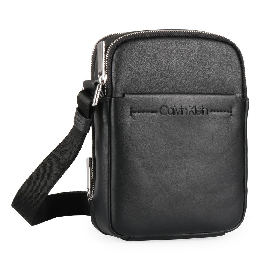 e16bf72427 Stylová pánská taška přes rameno v kompaktní velikosti od značky Calvin  Klein je ideálním společníkem na denní nošení.