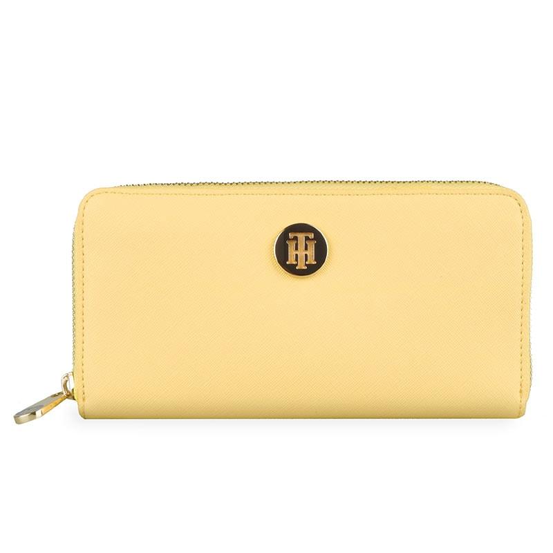 a2b66383dec7 Priestranná dámska peňaženka Tommy Hilfiger z kolekcie Honey plní funkciu  praktického pomocníka a elegantného módneho doplnku.