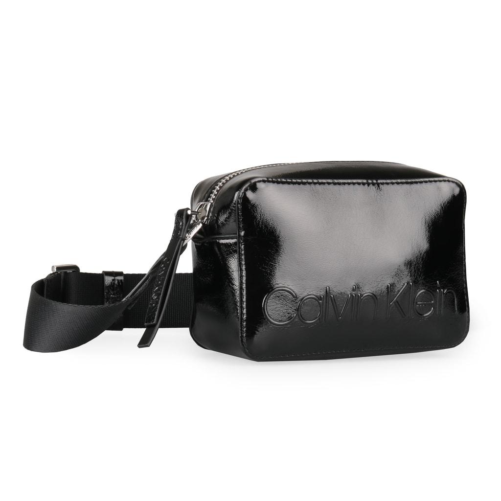 3165725daa Lakovaná dámská crossbody kabelka Calvin Klein v kompaktní velikosti  perfektně podtrhne jakýkoli outfit.