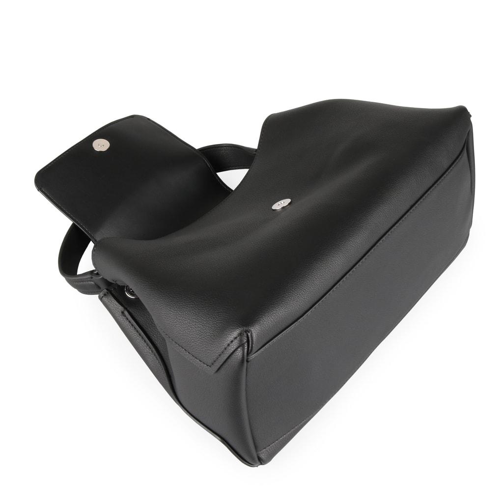 f23d67694b Dámska kabelka Calvin Klein je uzatvárateľná klopňou a magnetom. Na prednej  strane zdobená výraznou kovovou sponou a odnímateľnou retiazkou.