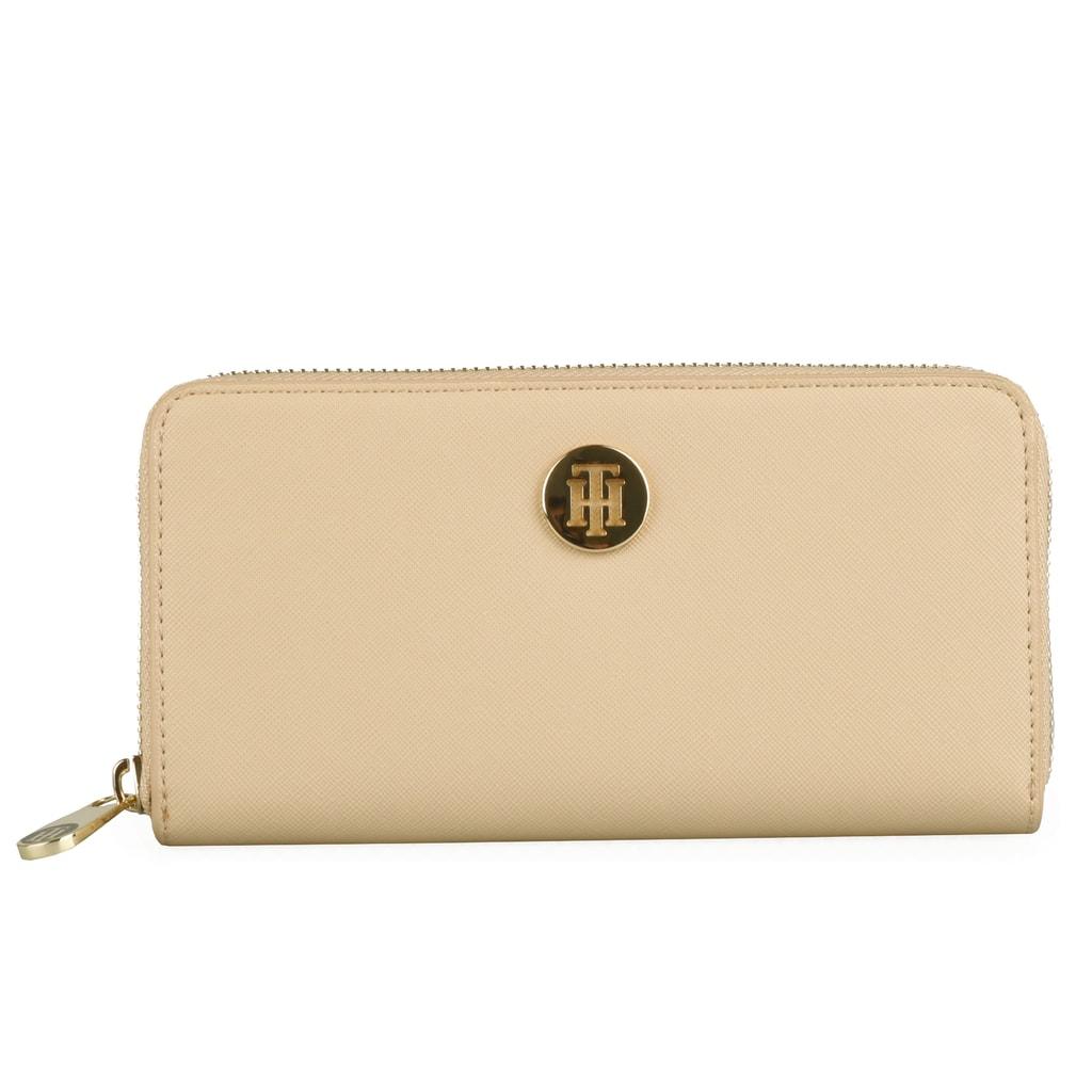 420ba012b1 Prostorná dámská peněženka Tommy Hilfiger z kolekce Honey plní funkci  praktického pomocníka a elegantního módního doplňku.