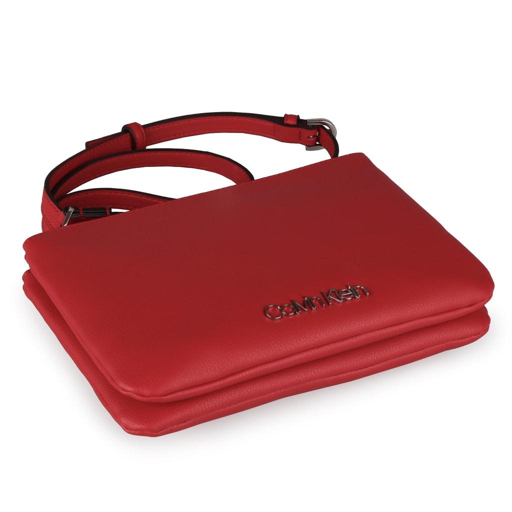 4ed24287a2 Dámská kabelka Calvin Klein je příjemně lehká a díky zvolenému materiálu  také nenáročná na údržbu.