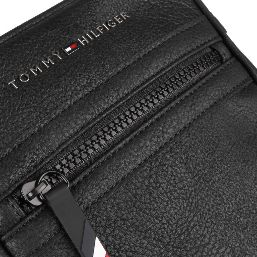 0c83d96266 Pánska taška z kolekcie Elevated je vyrobená zo syntetickej kože v zrnitej  úprave. TOMMY HILFIGER ...