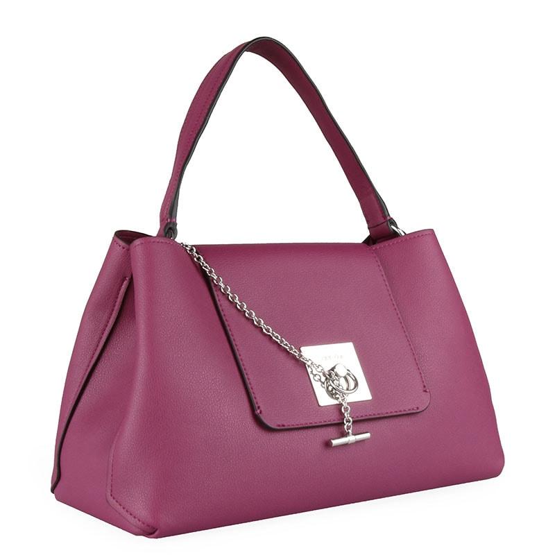 500081c0a1ba Elegantní dámská kabelka z nové kolekce jaro léto 2019 značky Calvin Klein  je skvělá na denní nošení.