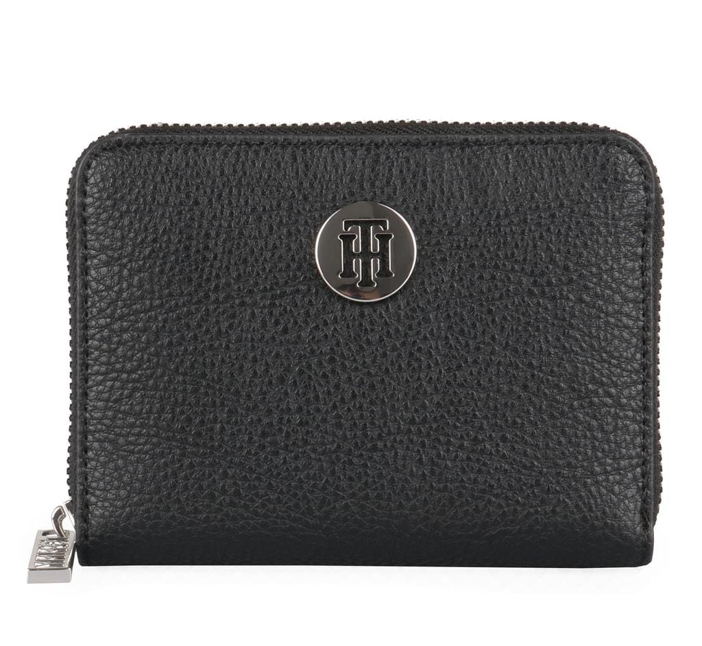 a8324be60 Štýlová dámska peňaženka Tommy Hilfiger v kompaktnej veľkosti sa vám vojde  aj do tej najmenšej kabelky a zároveň do nej hravo dáte všetko potrebné.
