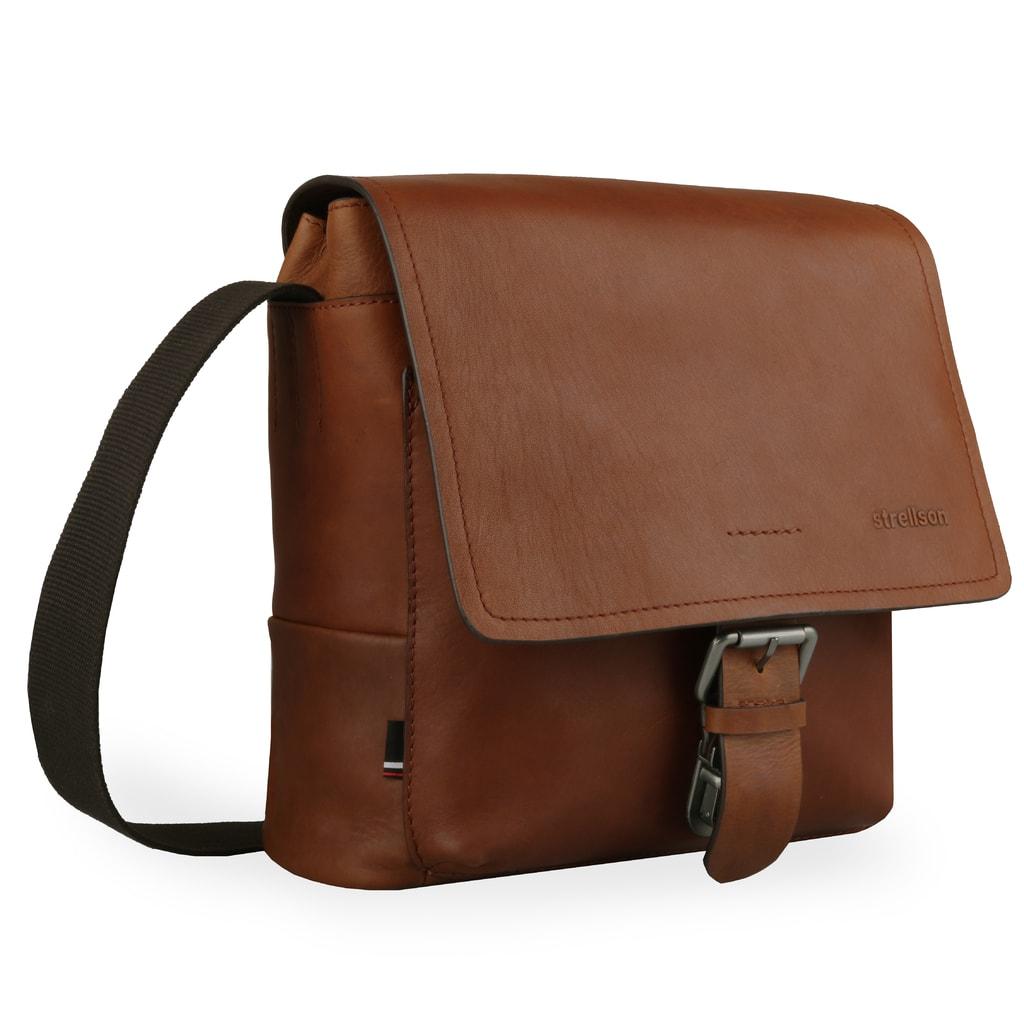 8fd6262b41 Tašku můžete nosit pohodlně přes rameno či crossbody díky nastavitelnému  popruhu s maximální délkou 158 cm.