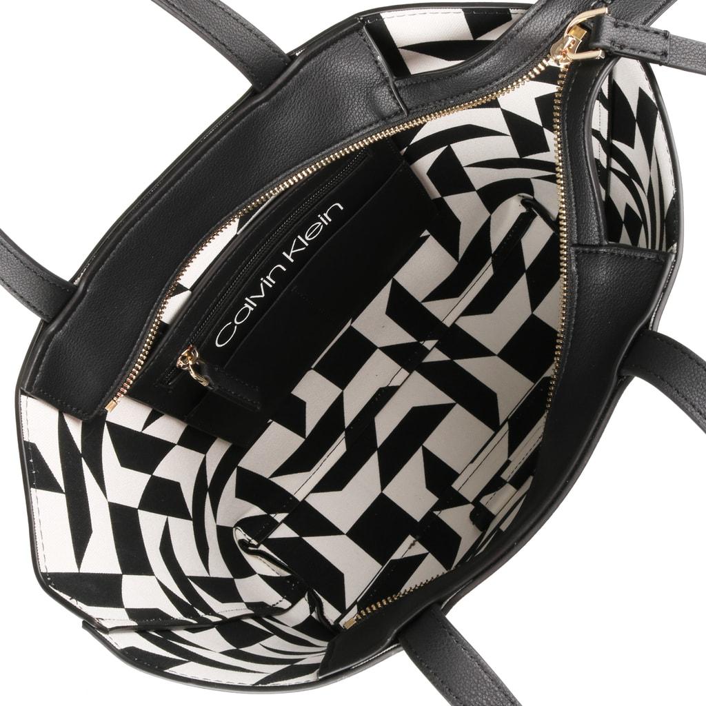 f7b0a805b1 Vnútri dámskej kabelky Calvin Klein nájdete jedno vrecko na zips a tri  otvorené priehradky vhodné na doklady