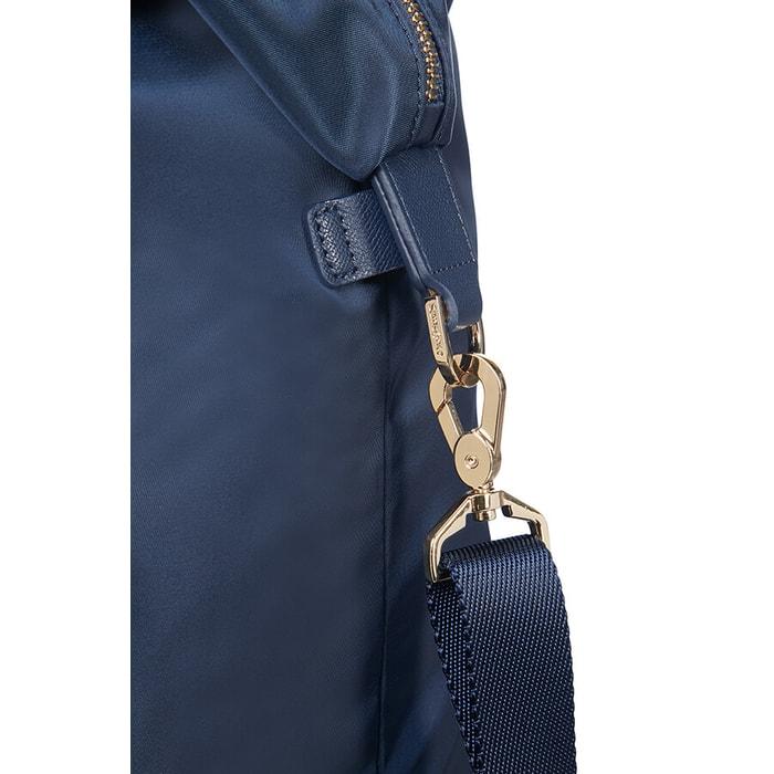 3ddc5b6c8b102 Tašku je možné vďaka dvojitému držadlu a nastaviteľnému ramennému popruhu  niesť buď v ruke, alebo na ramenách.