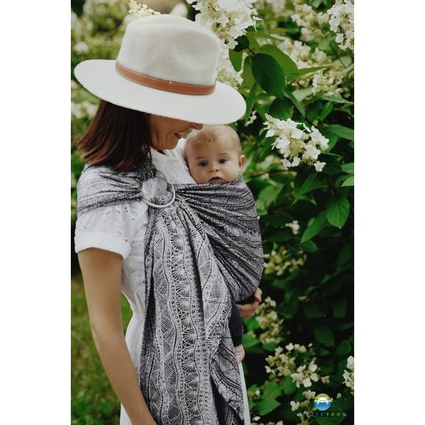 LITTLE FROG RING SLING - CARBON HARMONY - M - LITTLE FROG /BELOVED SLINGS RING SLING{% if zbozi.kategorie.adresa_nazvy[0] != zbozi.kategorie.nazev %} - ŠÁTKY{% endif %}