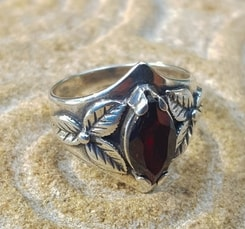 SHAMROCK, ring, garnet, sterling silver