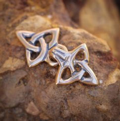 Bronze cloak brooch with Triquetra, small
