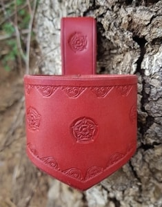 FLOWER, LEATHER DRINKING HORN HOLDER, RED - DRINKING HORNS{% if kategorie.adresa_nazvy[0] != zbozi.kategorie.nazev %} - HORN PRODUCTS{% endif %}