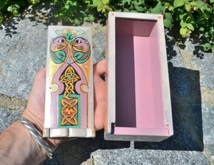 BOOK OF KELLS, CELTIC WOODEN BOX, REPLICA - WOODEN STATUES, PLAQUES, BOXES{% if kategorie.adresa_nazvy[0] != zbozi.kategorie.nazev %} - WOOD{% endif %}
