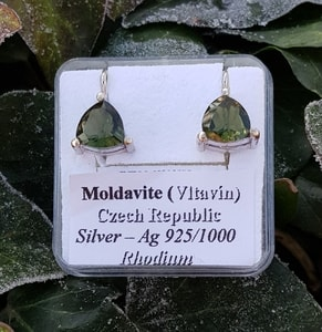 TRIANGULAR - MOLDAVITE EARRINGS 8X8 SILVER - MOLDAVITES, CZECH JEWELS{% if kategorie.adresa_nazvy[0] != zbozi.kategorie.nazev %} - JEWELLERY{% endif %}