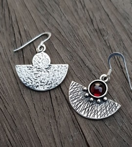 AZTEC, SILVER EARRINGS, GARNET - EARRINGS WITH GEMSTONES, SILVER{% if kategorie.adresa_nazvy[0] != zbozi.kategorie.nazev %} - JEWELLERY{% endif %}