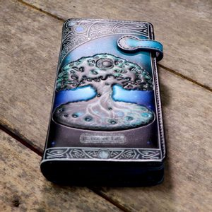 TREE OF LIFE EMBOSSED PURSE 18.5CM - FASHION - LEATHER{% if kategorie.adresa_nazvy[0] != zbozi.kategorie.nazev %} - T-SHIRTS, BOOTS{% endif %}