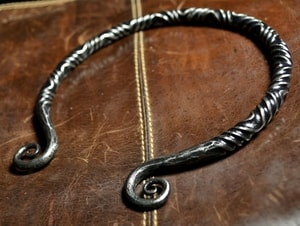 TWISTING IRON TORC - FORGED PRODUCTS{% if kategorie.adresa_nazvy[0] != zbozi.kategorie.nazev %} - SMITHY WORKS{% endif %}