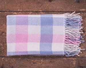 PINK AND BLUE CHECK BABY BLANKET - WOOLEN BLANKETS AND SCARVES, IRELAND{% if kategorie.adresa_nazvy[0] != zbozi.kategorie.nazev %} - WOOLEN PRODUCTS, IRELAND{% endif %}
