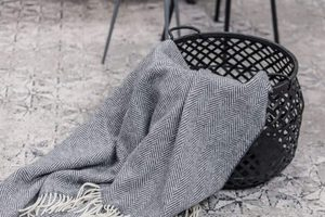 OXFORD AND WHITE HERRINGBONE THROW, CASHMERE, LAMBSWOOL - WOOLEN BLANKETS AND SCARVES, IRELAND{% if kategorie.adresa_nazvy[0] != zbozi.kategorie.nazev %} - WOOLEN PRODUCTS, IRELAND{% endif %}