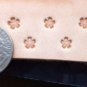 SMALL BLOSSOM, LEATHER STAMP - LEATHER STAMPS{% if kategorie.adresa_nazvy[0] != zbozi.kategorie.nazev %} - LEATHER PRODUCTS{% endif %}