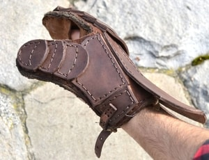 LEATHER GAUNTLET FOR SWORD FIGHTERS, LEFT HAND - LEATHER ARMOUR/GLOVES{% if kategorie.adresa_nazvy[0] != zbozi.kategorie.nazev %} - ARMOUR HELMETS, SHIELDS{% endif %}