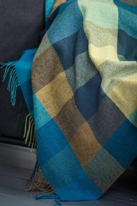 PEACOCK LARGE CHECK THROW, LAMBSWOOL - WOOLEN BLANKETS AND SCARVES, IRELAND{% if kategorie.adresa_nazvy[0] != zbozi.kategorie.nazev %} - WOOLEN PRODUCTS, IRELAND{% endif %}