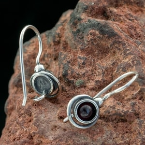 KAYLA, EARRINGS, GARNET, SILVER - EARRINGS WITH GEMSTONES, SILVER{% if kategorie.adresa_nazvy[0] != zbozi.kategorie.nazev %} - JEWELLERY{% endif %}
