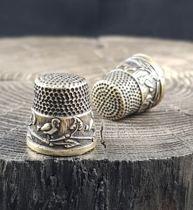 BIRDS, THIMBLE ANTIQUE BRASS FINISH - COSTUME JEWELLERY{% if kategorie.adresa_nazvy[0] != zbozi.kategorie.nazev %} - JEWELLERY{% endif %}