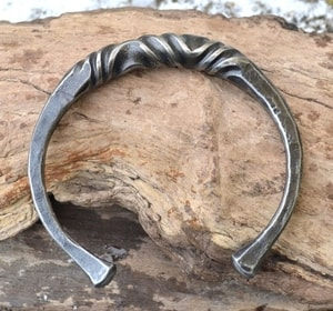 FORGED IRON BRACELET, TWISTED - FORGED PRODUCTS{% if kategorie.adresa_nazvy[0] != zbozi.kategorie.nazev %} - SMITHY WORKS{% endif %}