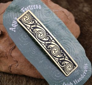 VOLUTES, BRASS HAIR CLIP, MADE IN IRELAND - CELTIC BRASS JEWELS, IMPORT FROM IRELAND{% if kategorie.adresa_nazvy[0] != zbozi.kategorie.nazev %} - JEWELLERY{% endif %}