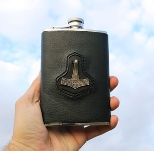 HIP FLASK, THOR'S HAMMER - BOTTLES, HIP FLASKS{% if kategorie.adresa_nazvy[0] != zbozi.kategorie.nazev %} - LEATHER PRODUCTS{% endif %}
