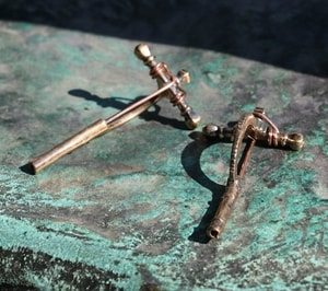 ROMAN CROSS-BOW BRONZE FIBULA, REPLICA - COSTUME BROOCHES, FIBULAE{% if kategorie.adresa_nazvy[0] != zbozi.kategorie.nazev %} - SHOES, COSTUMES{% endif %}